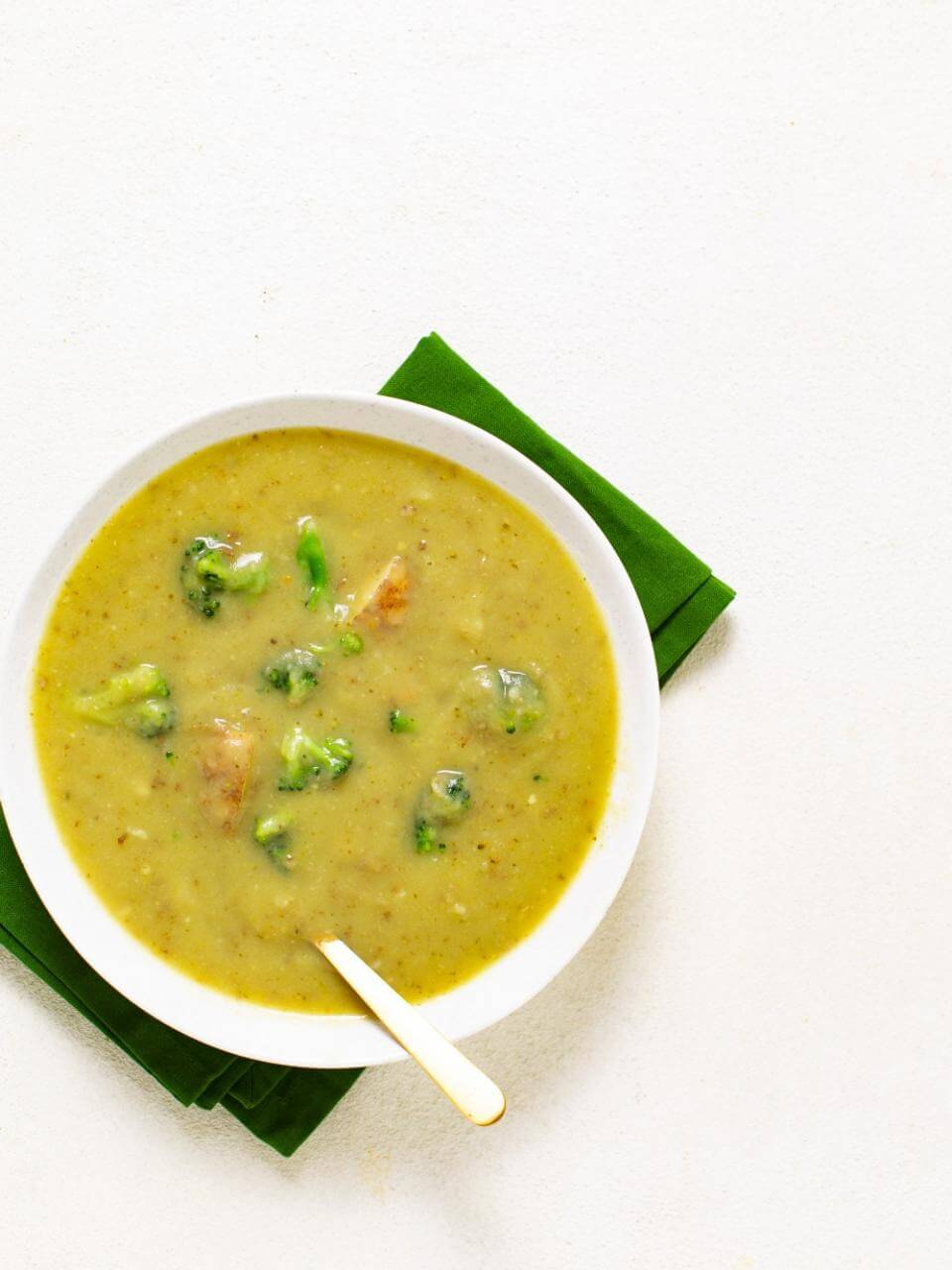 Broccoli Potato Soup Recipe   plantbasedonabudget.com   #soup #broccoli #vegan #lunch #veggies #plantbasedonabudget